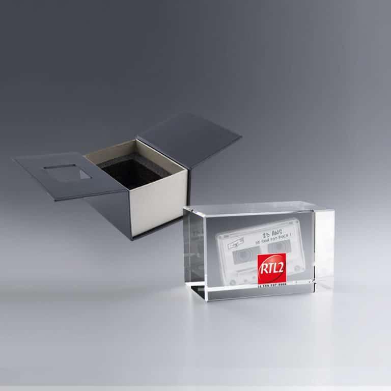 Idée trophée avec logo, bloc en verre