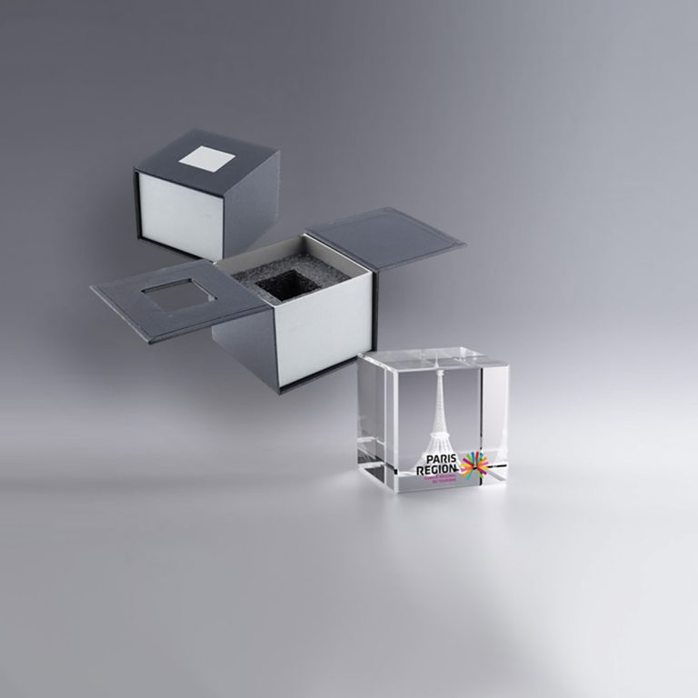 Boîte cadeau trophée personnalisé cube 4 cm, trophée en verre pan coupé