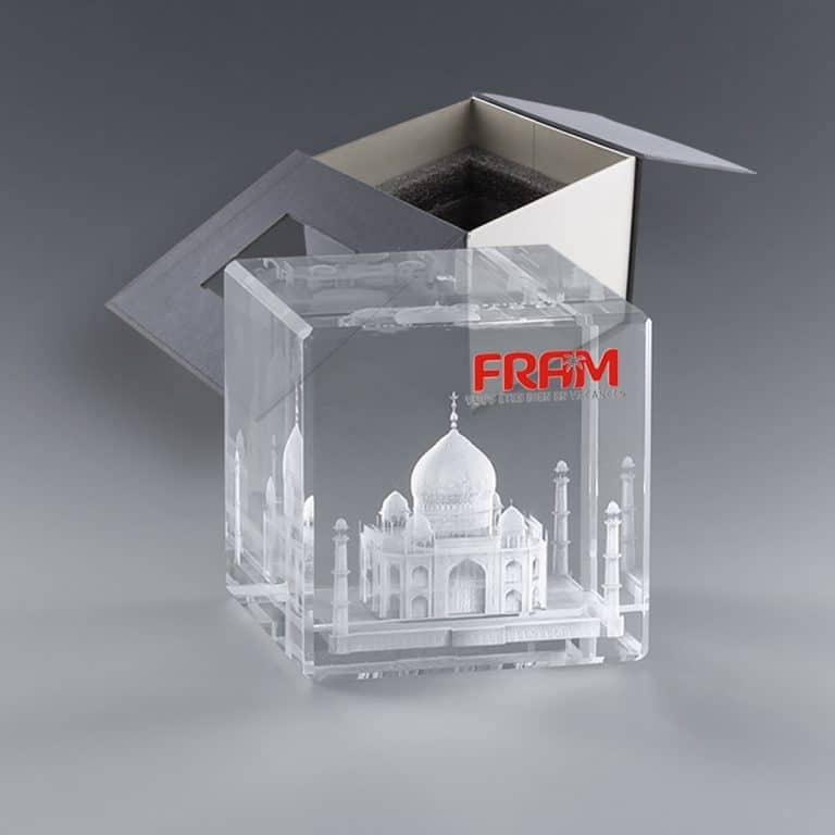 Trophée personnalisé cube de verre gravure laser 3D et marquage couleur - 10 cm