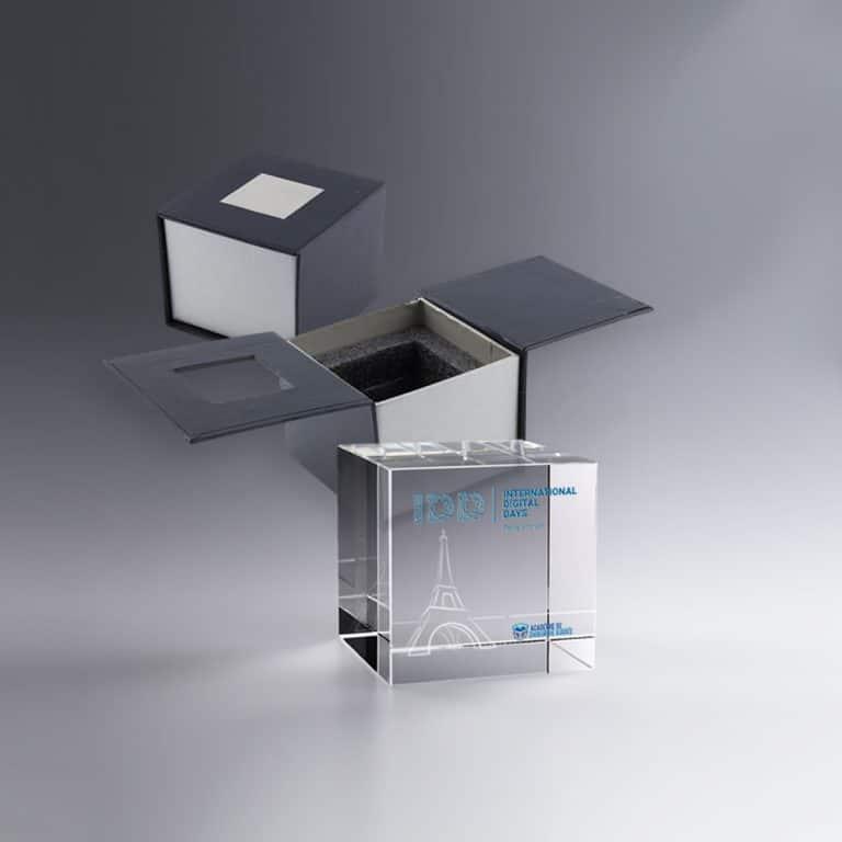 Trophée cube de verre gravure laser 3D et marquage couleur - 5 cm