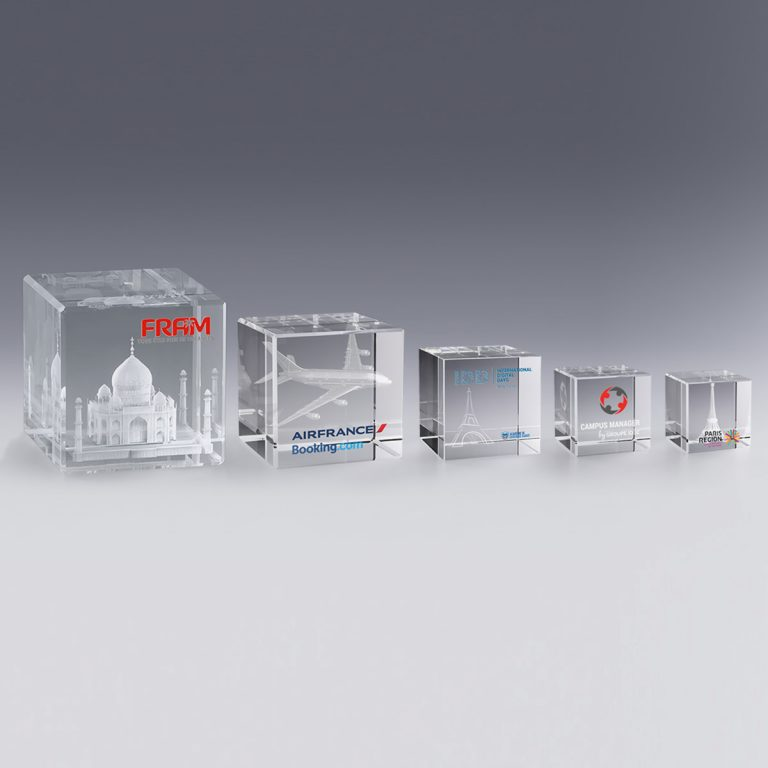 Différentes tailles de Trophées cube de verre gravure laser marquage couleur